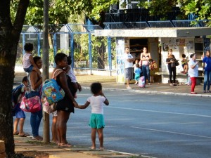DSCN4810_03-12-2015_AsaNorte_713N_W3_Pedestres_Criancas_Travessia_PontoOnibus_edit