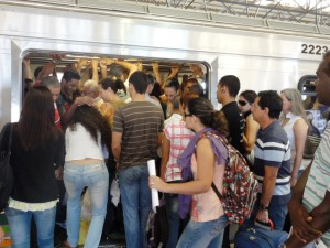 DSC02310_14abril2011_MetroDF_Estacao_AguasClaras_lotado_SELECAO_edit
