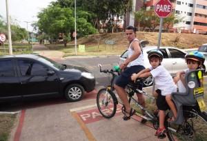 DSC08766_03-10-2015_AsaNorte_214N_Ciclovia_Carro_Bloqueio_CauaIuri_edit3