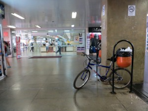 IMG_5129_Bsb_28agosto2012_RodoviariaPlano_Bicicleta_Estacionamento_improviso_lixeira_edit