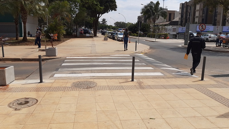 Uma imagem contendo ao ar livre, estrada, rua, calçada  Descrição gerada automaticamente