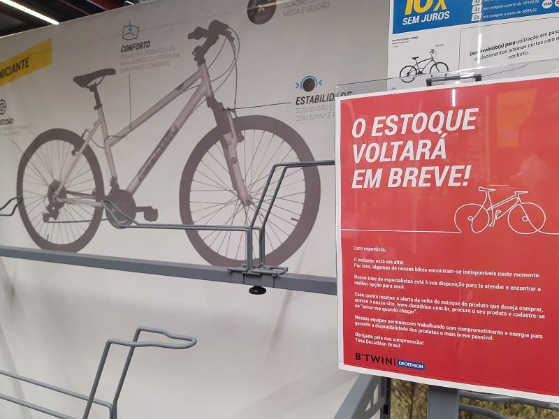 Bicicleta parada ao lado de placa  Descrição gerada automaticamente