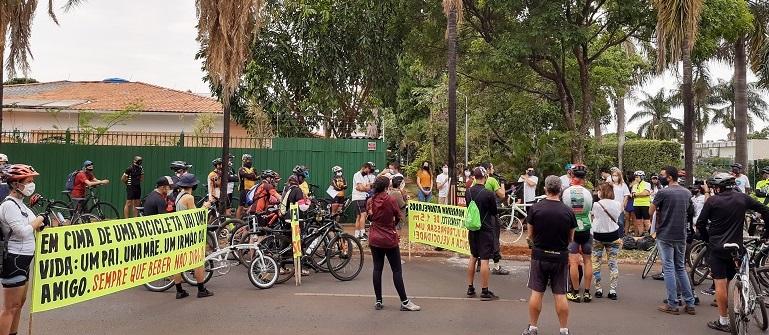 Grupo de pessoas em rua durante o dia  Descrição gerada automaticamente