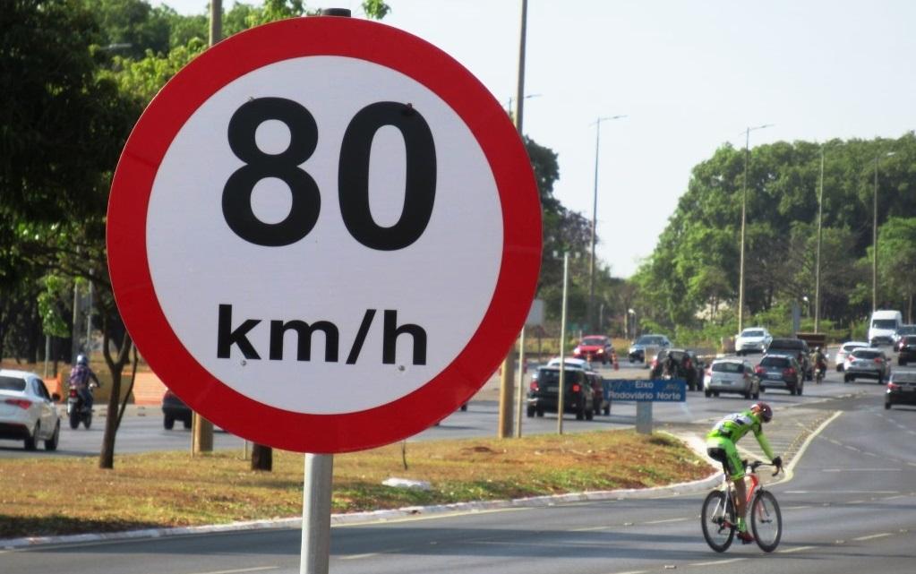 Placa de bicicleta na rua  Descrição gerada automaticamente