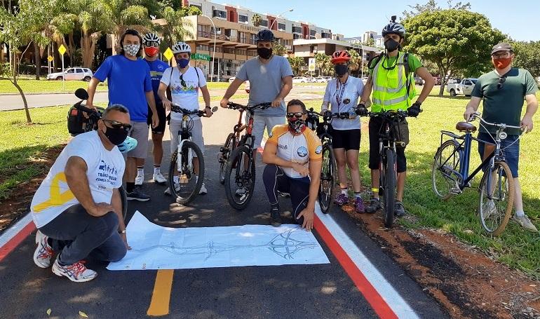 Grupo de pessoas em cima de bicicleta  Descrição gerada automaticamente