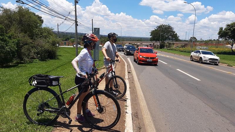 Pessoa de bicicleta na estrada  Descrição gerada automaticamente