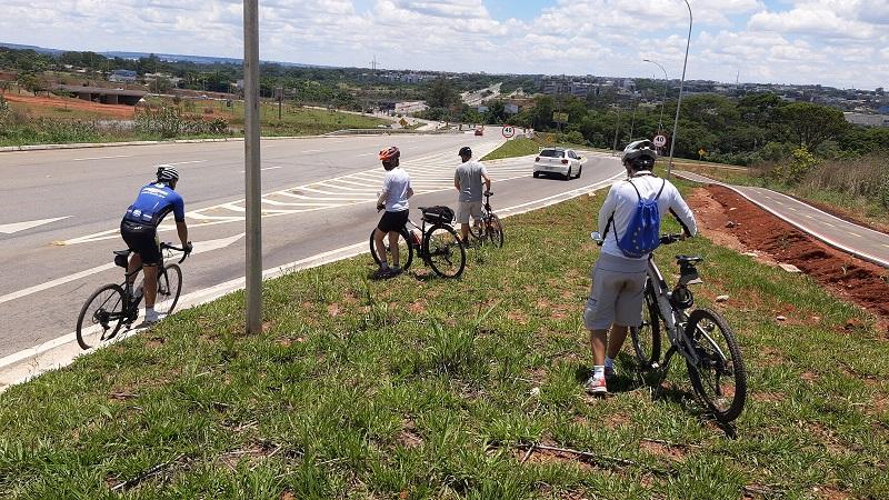 Pessoas de bicicleta na grama  Descrição gerada automaticamente