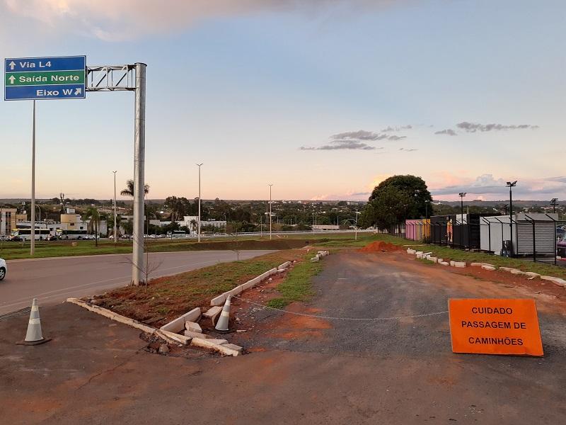 Uma imagem contendo ao ar livre, placa, grama, estrada  Descrição gerada automaticamente