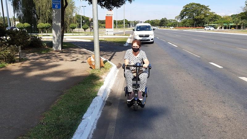Pessoa andando de moto no meio da rua  Descrição gerada automaticamente