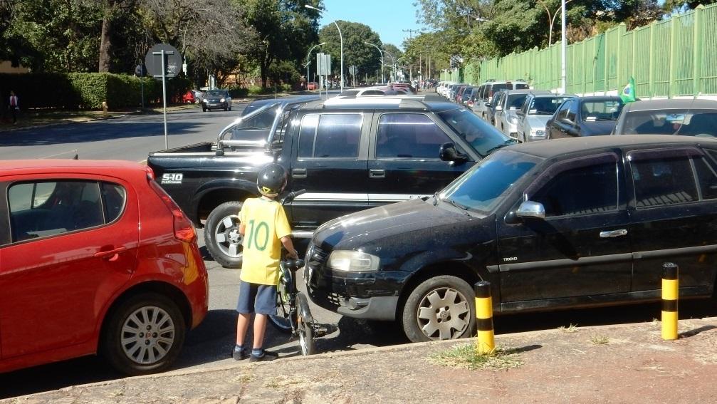 Carro estacionado na rua  Descrição gerada automaticamente