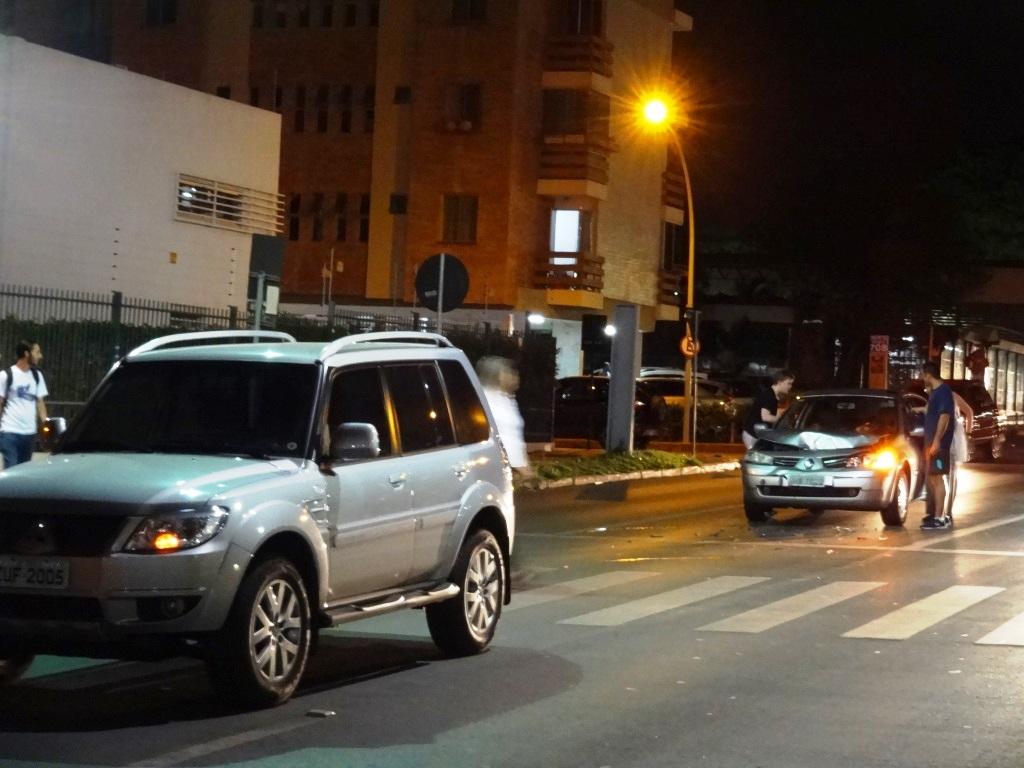 Carro na rua de uma cidade  Descrição gerada automaticamente
