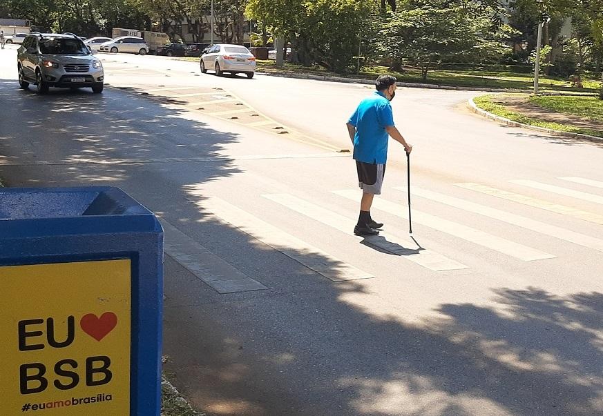 Homem andando na calçada  Descrição gerada automaticamente com confiança média