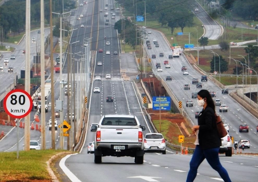 Estrada com carros  Descrição gerada automaticamente
