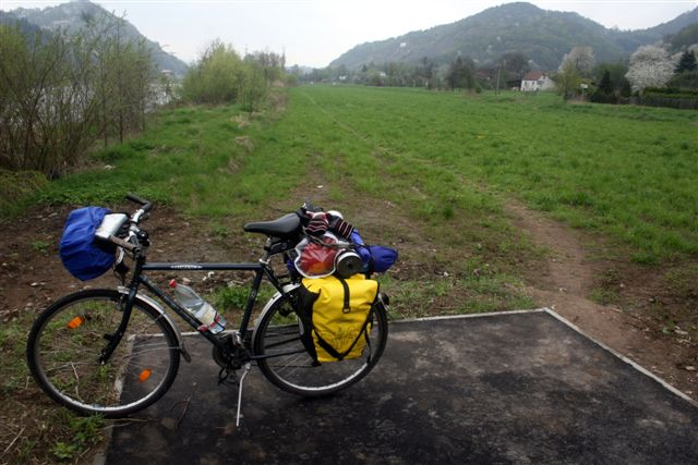 República Tcheca: trecho de ciclovia ainda inacabado. Rio Elba à esquerda