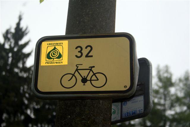 Sinalização para acesso à ciclovia Greenways Praha-Wien