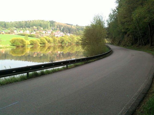 Rodovia na República Tcheca: pista compartilhada com carros e caminhões. A estrada acompanha o rio Elba