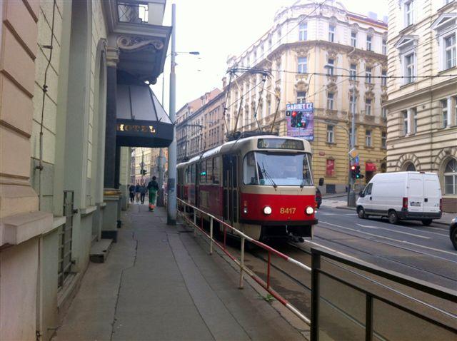 Bondes (VLTs) na cidade de Praga: sistema eficiente, apesar dos velhos carros