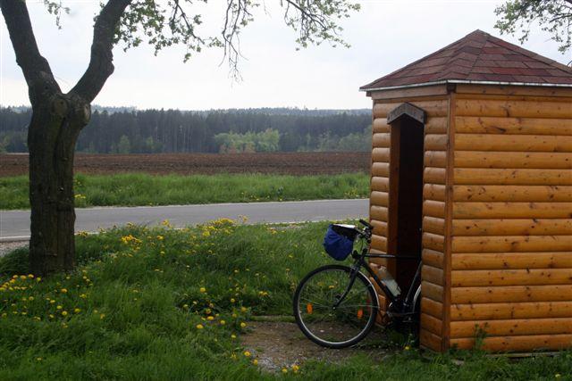 Abrigado em um ponto de ônibus, ainda na República Tcheca