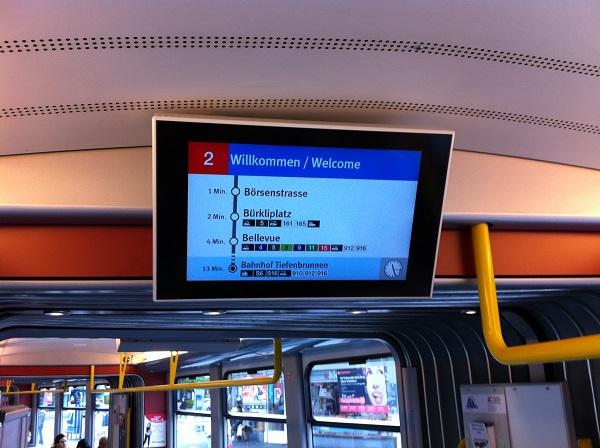 Painel no interior de um tram em Zurich, indicando a rota e tempo de deslocamento