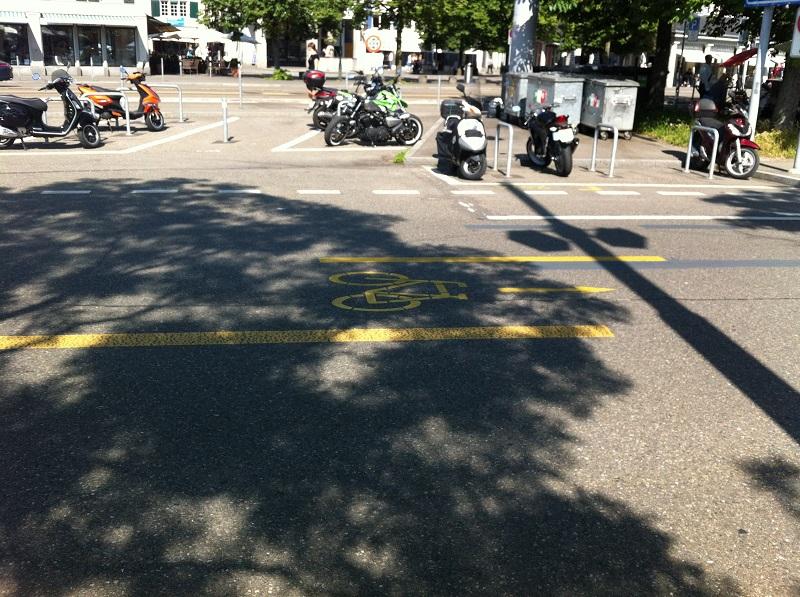 As ciclo faixas às vezes ocupam o meio da via