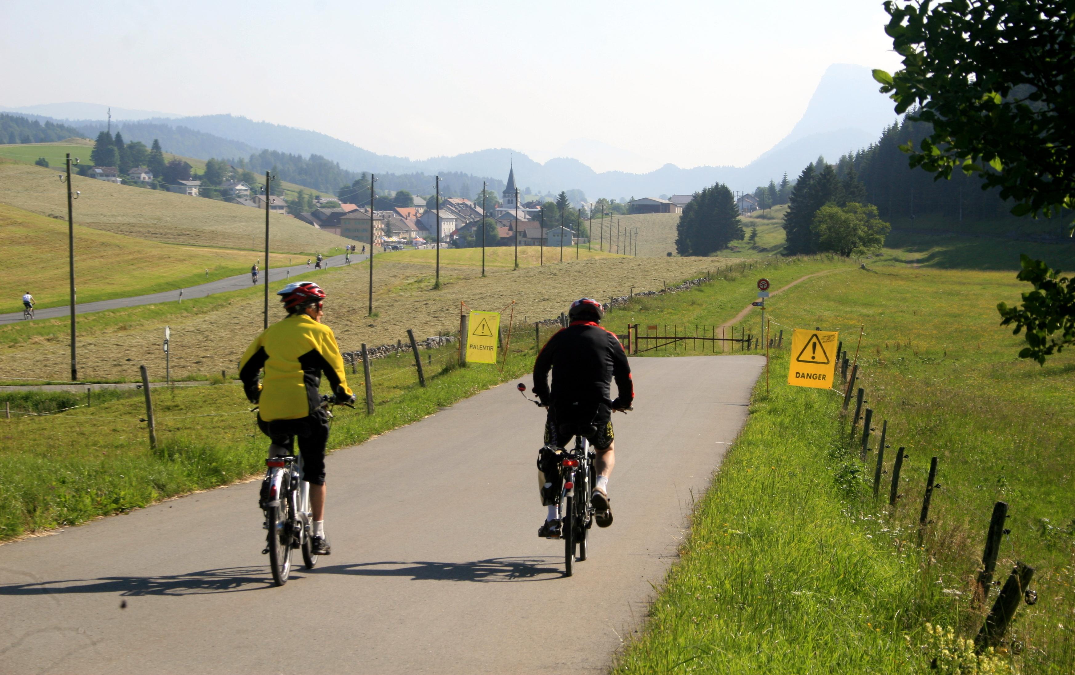 """0524 - Na região do Jura, um evento dominical chamado """"Slow Up"""" fecha as ruas para o trânsito de veiculos automotores;"""
