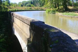 Uma das pontes-canal do Canal de Midi