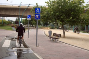 Ciclovia, calçada e parque linear ao longo do rio em Zaragoza