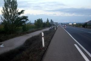 Caminho para pedestres e ciclistas separado da pista de automóveis