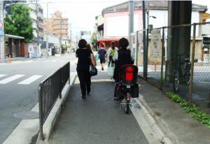 Calçada compartilhada entre ciclistas e pedestres em Kyoto