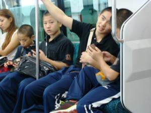 Escolares em trem no horário do pico da tarde