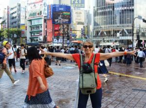 """Feliz da vida no meio da lotada travessia de pedestres em """"X"""" ao lado da Estação Shibuya, Tókyo."""