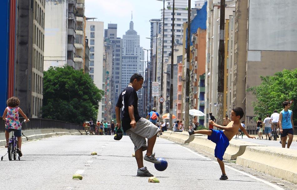 Local vira área de lazer para os moradores da região. São Paulo, 16/01/2011. Foto: Evelson de Freitas/AE