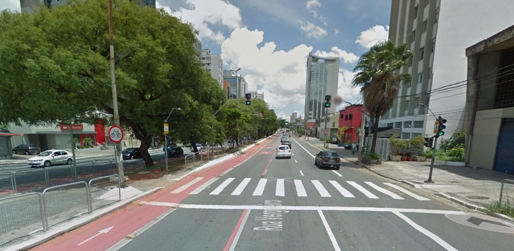 Foto do Google Maps da ciclovia na Vergueiro pertinho das árvores, enquanto a calçada é pelada.