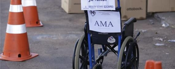 Cadeiras de rodas 'estacionam' na vaga dos carros em Campo Grande