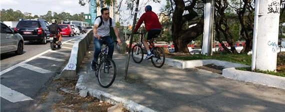Ciclistas se arriscam em ponte sem infraestrutura na zona oeste de SP