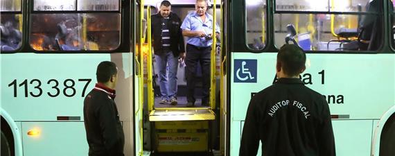 Auditores fiscalizam acessibilidade em ônibus do DF