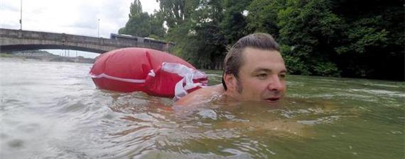Acredite: ele vai a nado todos os dias para o trabalho