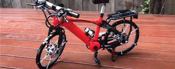 Bicicleta em miniatura, feita com Lego de 999 peças, tem até freios a disco