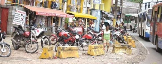 O desafio de andar pelas calçadas de Salvador