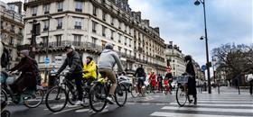 Paris limita carros, amplia ciclovias e abre ruas para pedestres