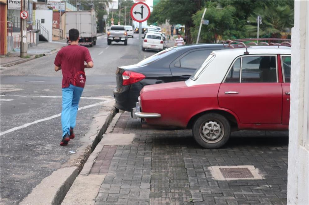 Calçada ocupada por carros em Teresina (PI)