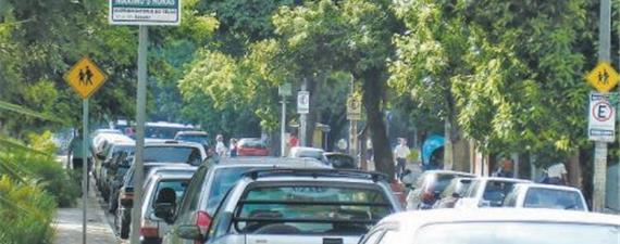 Carros parados nas ruas de BH dariam mais 65 praças da Liberdade