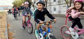 Crianças pedalam de casa à escola num