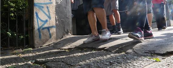 Calçada Cilada 2020 revela armadilhas para pedestres em 149 cidades