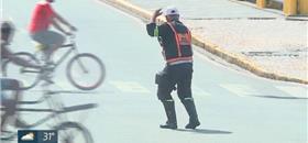 Agente de trânsito faz show na rua para sensibilizar motoristas
