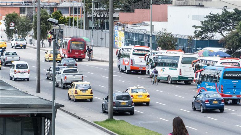 Busetas, táxis e ciclistas em Bogotá