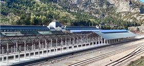 Estação de trem em ruínas vira hotel na Espanha. Atrás, uma nova estação