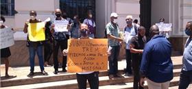 Manifestantes em Salvador protestam pelo fim do trem para obra do VLT