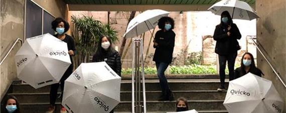 Ação abre guarda-chuvas no metrô de SP: contra aglomeração