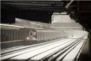 Já é Primavera, mas neva na plataforma do metrô de